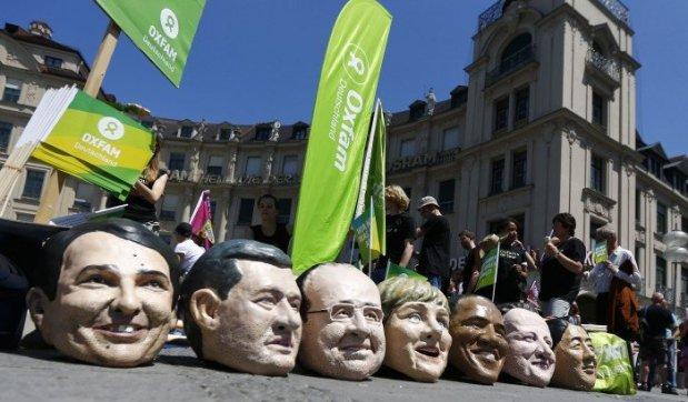 تظاهرات دهها هزارنفر علیهاین هفت نفر