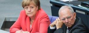 Bundeskanzlerin Angela Merkel (l, CDU) und Bundesfinanzminister Wolfgang Schäuble (CDU) unterhalten sich am 17.07.2015 während der Sondersitzung des Deutschen Bundestags zu Griechenland-Hilfspaketen in Berlin. Der Bundestag entscheidet heute in einer Sondersitzung über Verhandlungen für neue Finanzhilfen für Griechenland. Foto: Bernd von Jutrczenka/dpa +++(c) dpa - Bildfunk+++