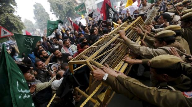 568bb41fc46188f17c8b45fbپاکستان تظاهر کنندگان می خواهند وارد ساختمان سفارت عربستان شودند
