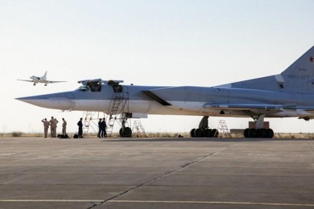 57b2f732c36188ec018b456aهواپیمای روسی در پایگاه هدان 1